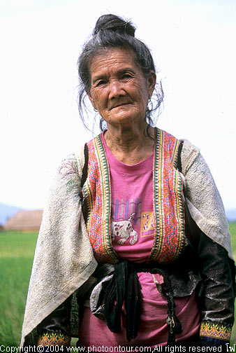 แม่เฒ่าชาวม้งผู้นี้ให้ความร่วมมือในการถ่ายภาพโดยดี พูดไทยได้นิดหน่อยบอกอายุแปดสิบกว่าปีแล้ว